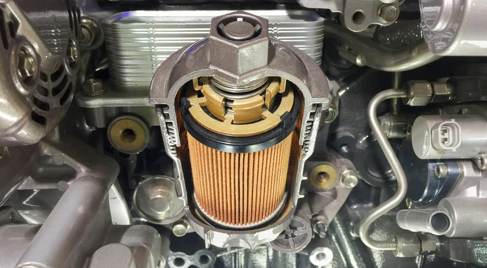 A cross section shows the inside of an oil filter.