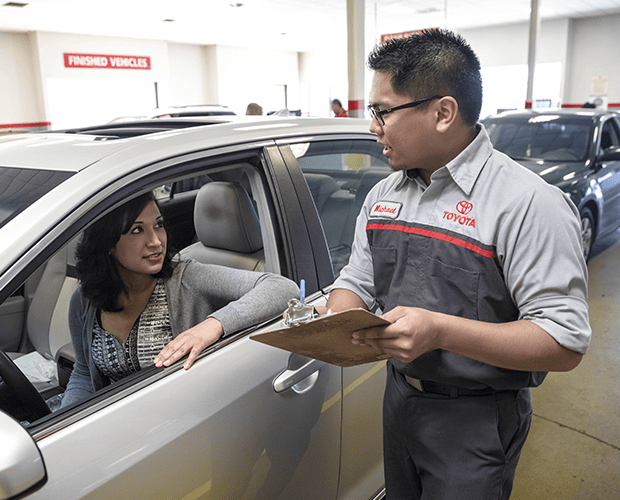 Toyota-Service-employee-talk