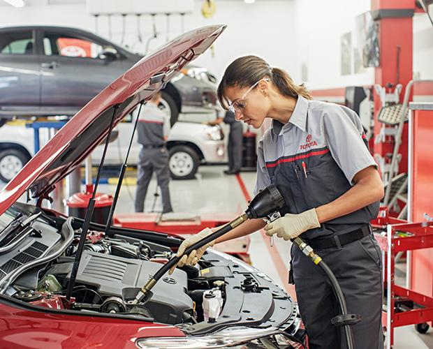 Toyota-Service-female-employee